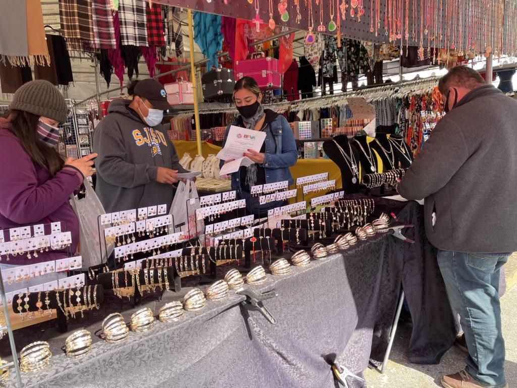 Los representantes de la Asociación de Vendedores del Mercado de Pulgas de Berryessa, Mariana Mejía, Roberto González y Kayla Escobedo Vega, revisan su petición. Foto de Lloyd Alaban.